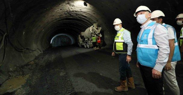 Yerin 52 metre altına indi, tünellerdeki çalışmaları inceledi